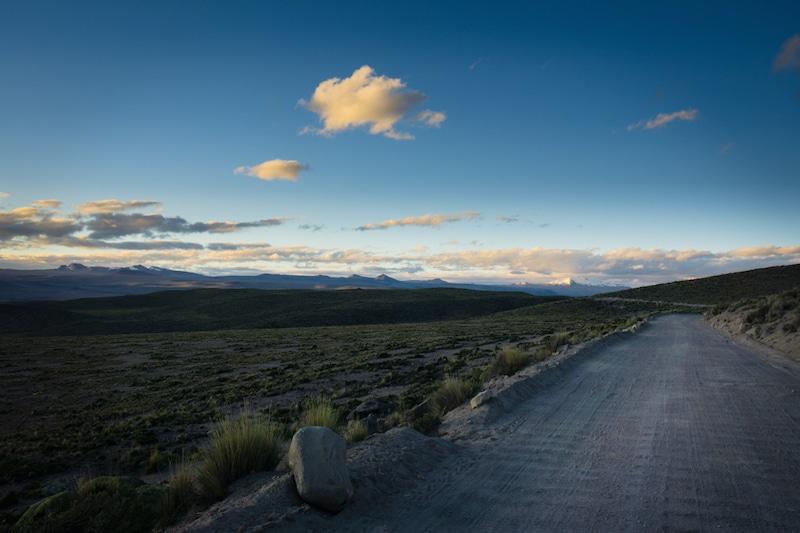 cotahuasi_colca_cañon_arequipa_mietwagen_landschaft_mit_mietauto_durch_peru_reisen_piste