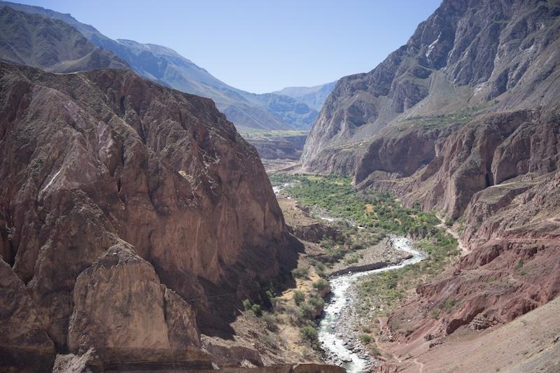 cotahuasi_colca_cañon_arequipa_mietwagen_landschaft_mit_mietauto_durch_peru_reisen_schlucht_canyon_fluss