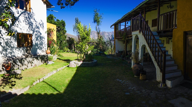 cotahuasi_colca_cañon_arequipa_mietwagen_landschaft_mit_mietauto_durch_peru_reisen_unterkunft