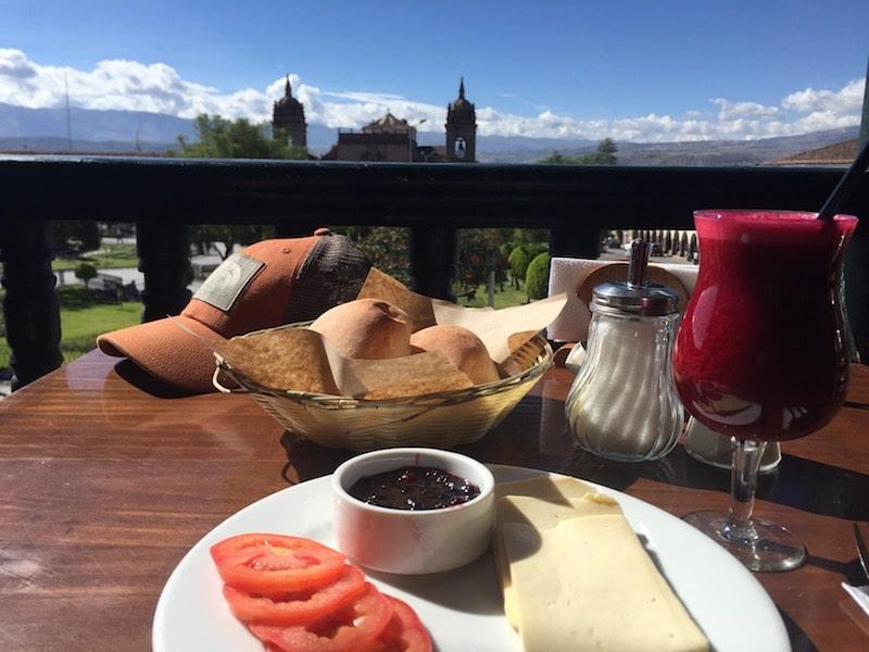 Frühstück im Café Via Via in Ayacucho
