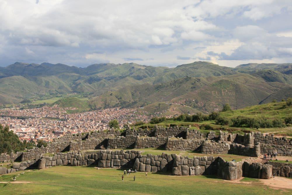 Die Inka-Festung Saqsayhuaman mit Blick über Cusco